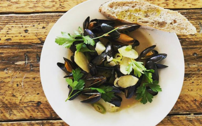 Mussels and bread